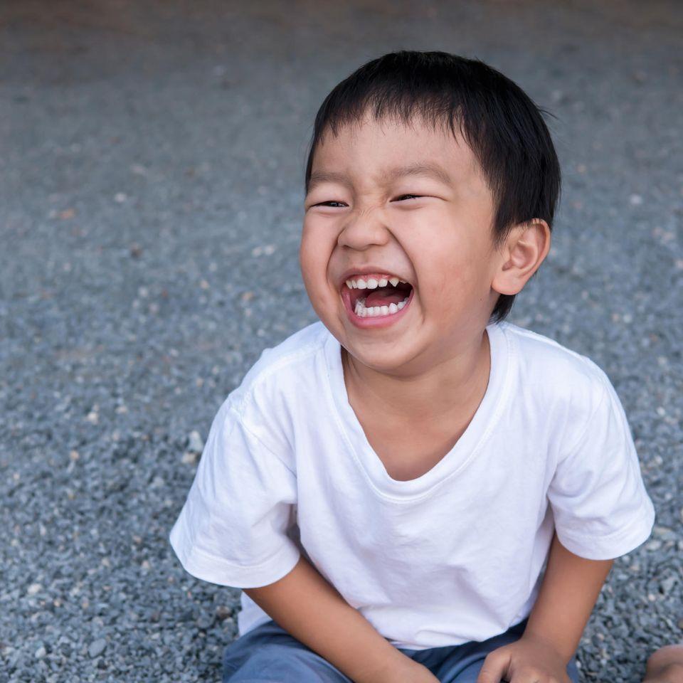 Peinliche Eltern-Momente: Junge lacht