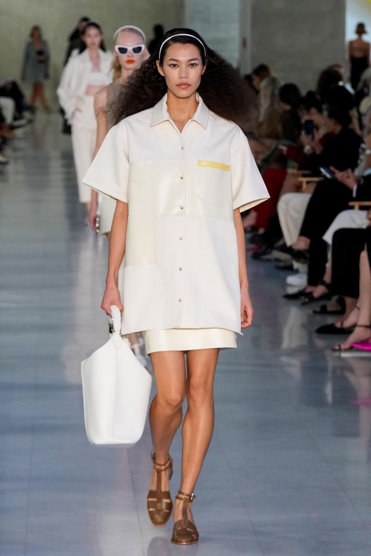 Models auf dem Laufsteg präsentieren die Mode von Max Mara.