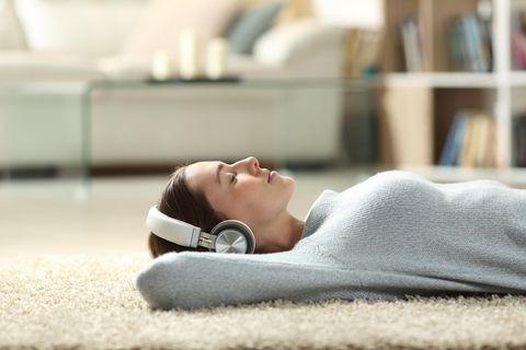 Me Time: Frau am Boden mit Kopfhörer