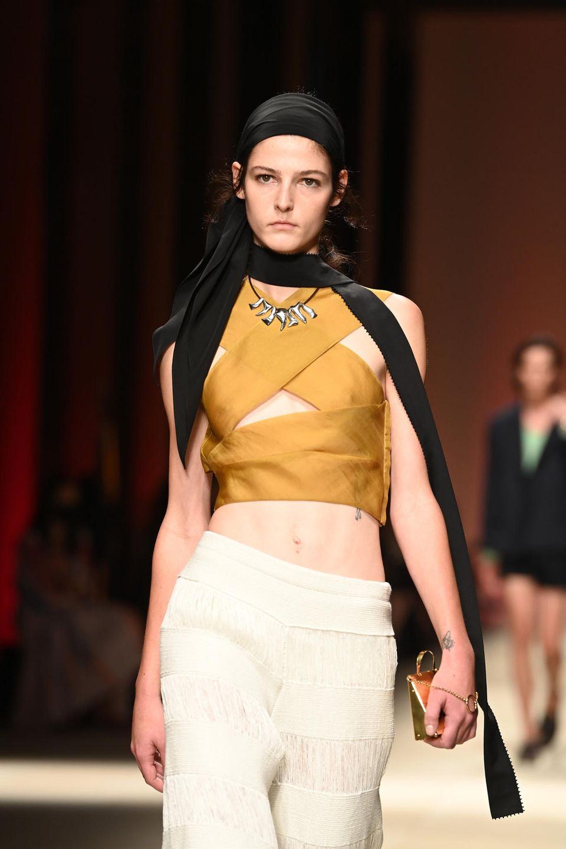 Ein Model präsentiert die Mode der Marke Ferragamo auf dem Laufsteg.