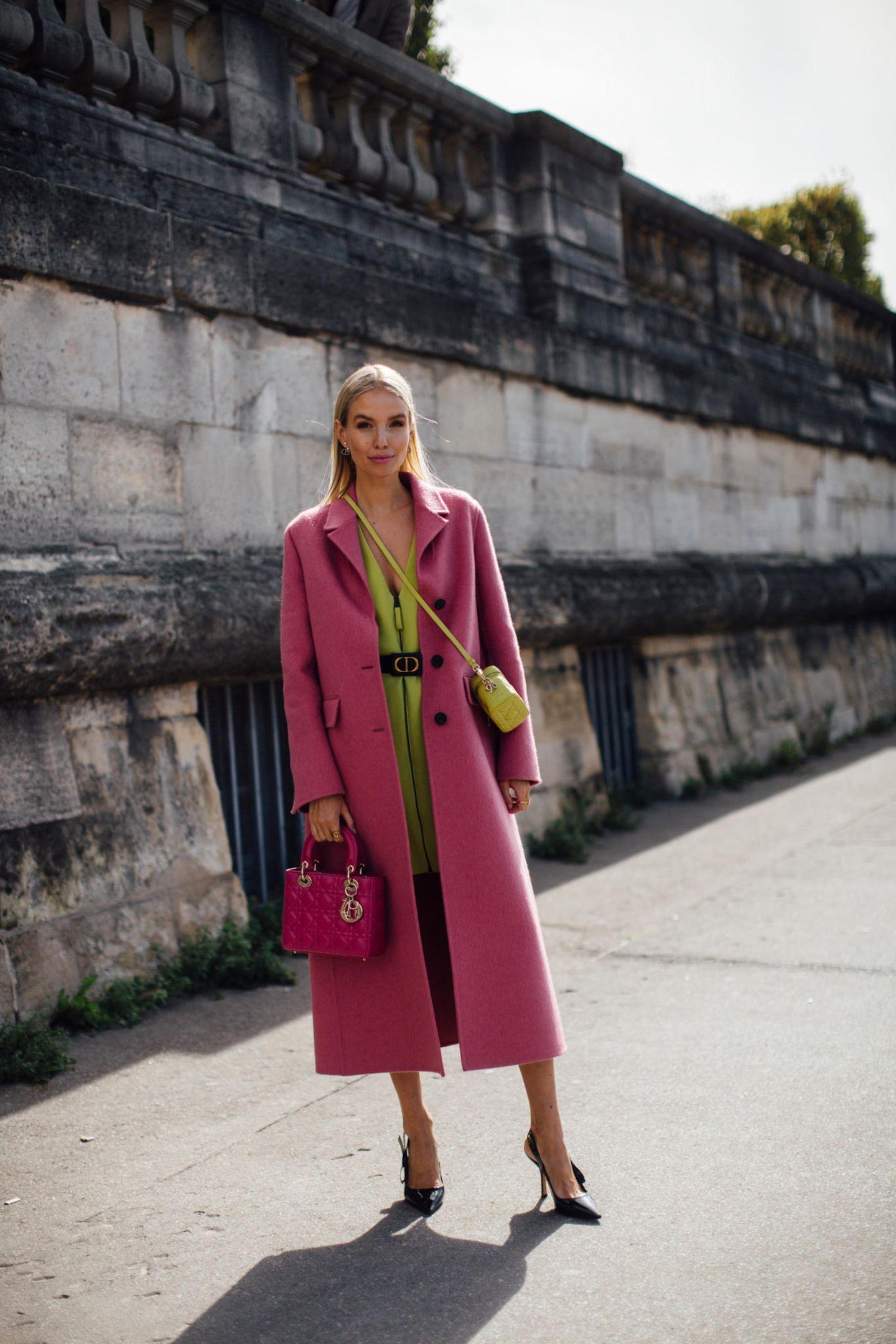 Leonie Hanne sorgt mit ihrer knalligen Garderobe mal wieder für spannende Farbakzente auf den Straßen von Paris.
