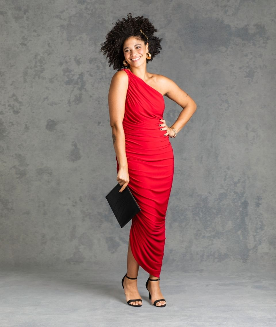 Guido geht das so: Lisa in rotem Kleid