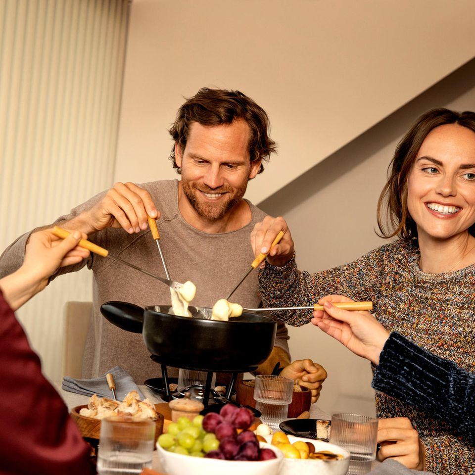 Gewinnspiel: Gemeinsam Gutes teilen und genießen mit Schweizer Käsefondue oder Raclette