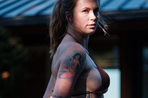 Ireland Basinger Baldwin posiert in einem Bikini für ein Foto.