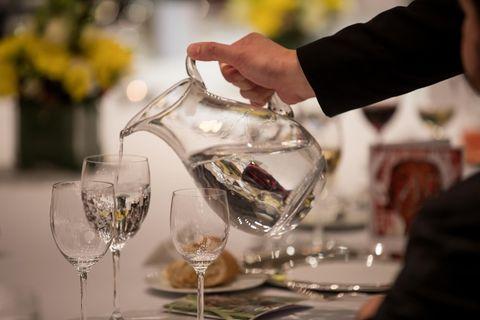 Singapur: Glas Wasser wird eingeschenkt