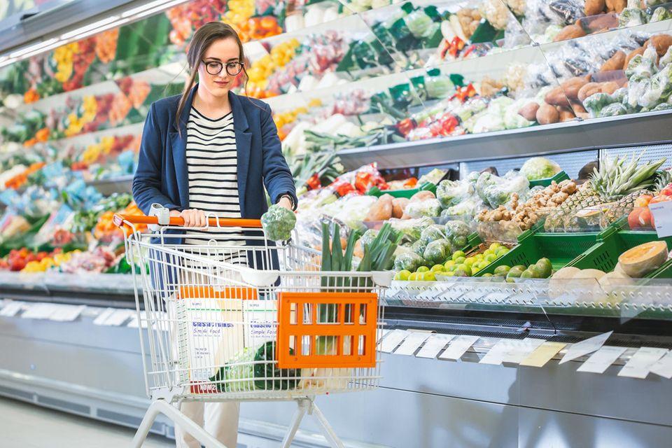 Geld sparen: Frau beim Einkaufen im Supermarkt