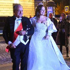 Victoria Romanowna Bettarini posiert mit ihrem Vater vor den Fotografen.