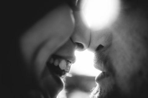 Die Nase: Zwei Menschen, die ihre Nasen aneinander drücken