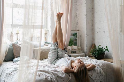 Psychologie: Frau liegt auf dem Bett