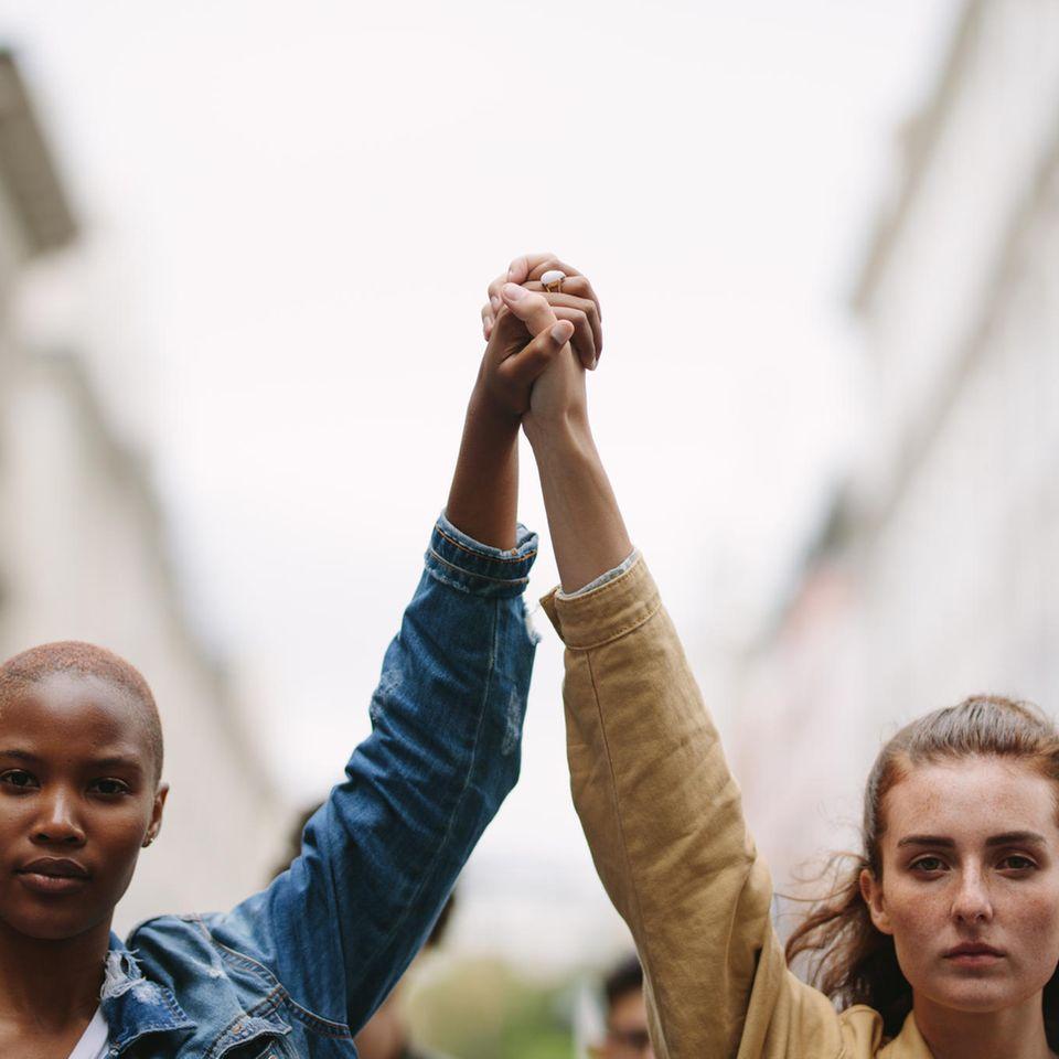 Dutzende Frauen heimlich beim Pinkeln gefilmt und veröffentlicht: Frauen halten beim Protestieren die Hände