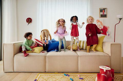 Fröhliche Kinder auf Sofa von OTTO