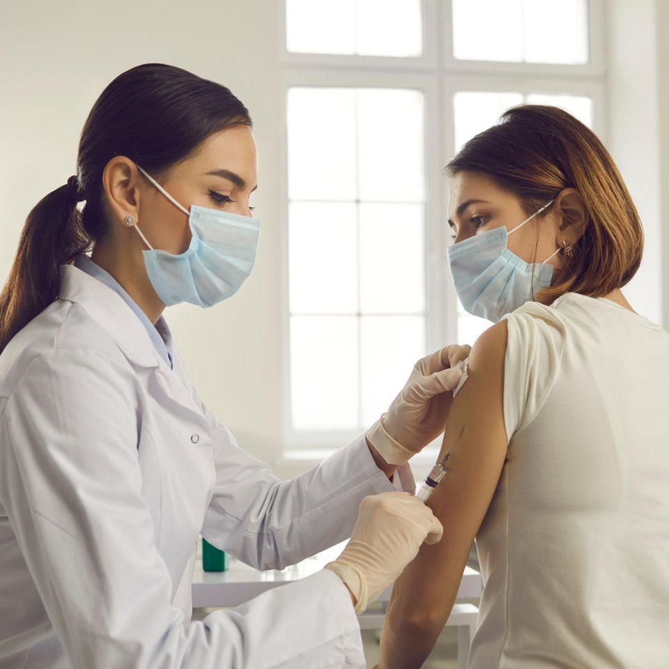 Corona: Frau bekommt Impfung
