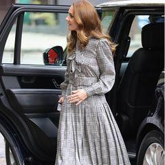 Beim Besuch einer Universität in London setzt Herzogin Catherine auf einen Look, den jeder sich leisten kann. Im karierten Zara-Dress und grauen Heels macht die Frau von Prinz William wie immer eine gute Figur. Nachhaltig wie Kate ist, handelt es sich bei ihrer Kleiderwahl um einen Mode-Recycler. Im Januar 2020 trug sie Kleid bereits einmal zu einem öffentlichen Termin.