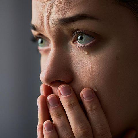 Teure Tränen: Fau guckt weinend nach links aus dem Bild