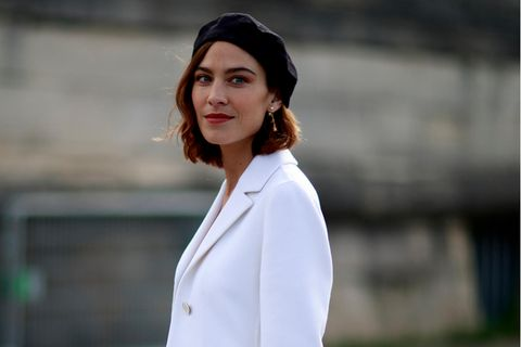 Alexa Chung lebt ihre innere Französin in weißem Blazer und Barrett aus.