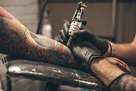 Ab Januar 2022 wird das tätowieren von farbigen Tattoos deutlich schwieriger.