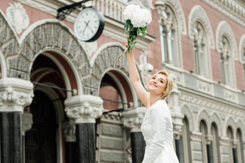 Hochzeitslooks: Braut wirft Strauß