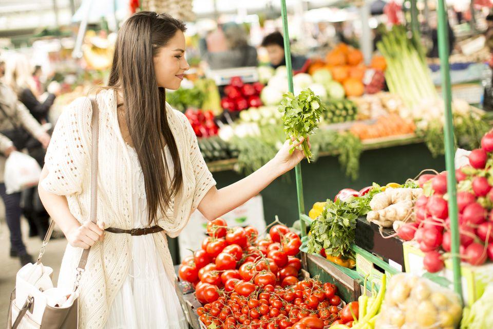 Nachhaltig einkaufen: Frau auf dem Wochenmarkt