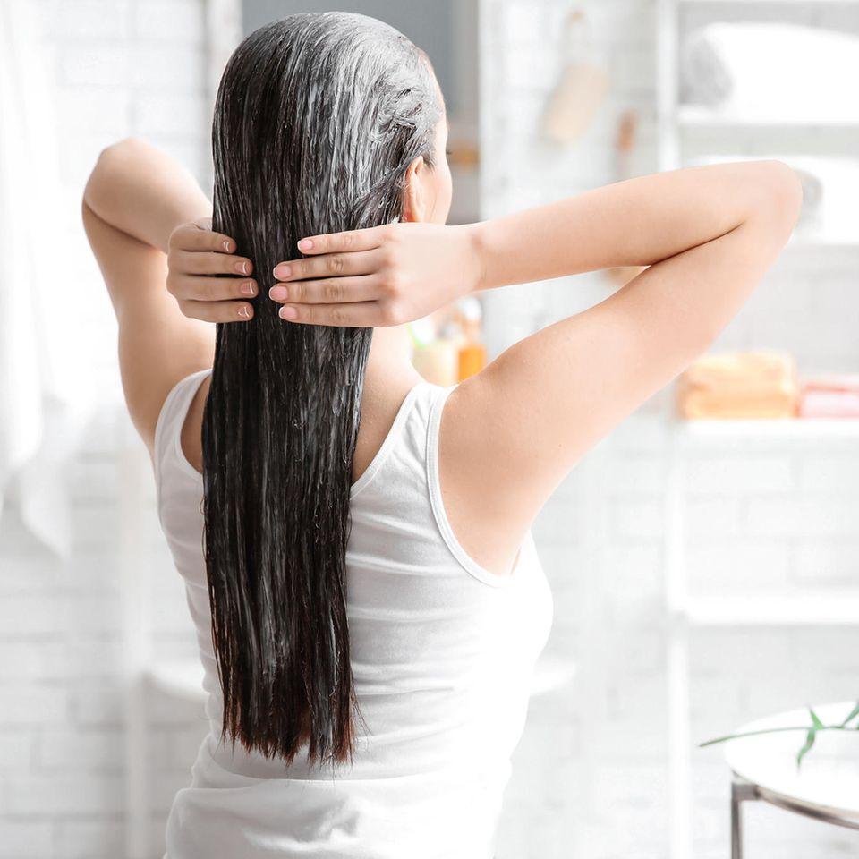 Haarkur selber machen: Frau mit Haarkur