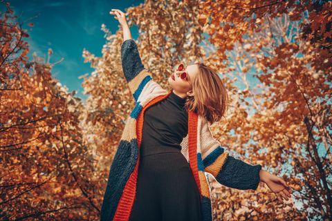 Blonde Frau mit Cardigan, Herbst, Herbstmode, Strickjacke