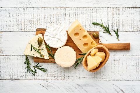 Das passiert im Körper, wenn du täglich Käse isst: Verschiedene Käsesorten auf einem Brett.