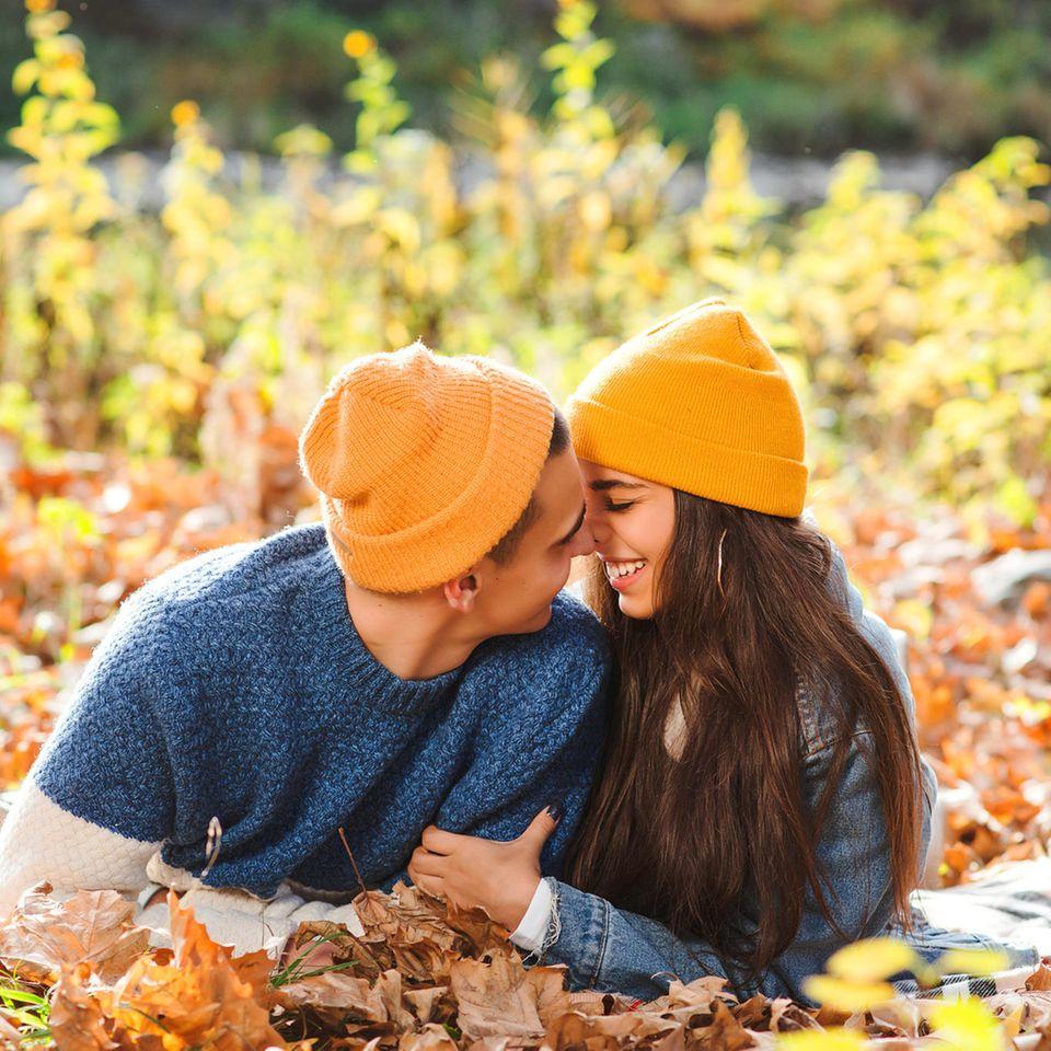 Partnerschaft: Ein Pärchen im Herbstwald