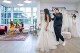 Guidos Wedding Race: Maria und ihre Familie beim. Fitting