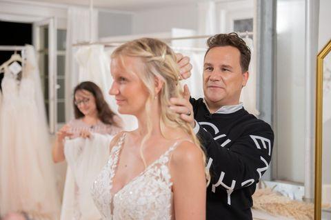 Guidos Wedding Race: Guido fixiert Natalies Haare