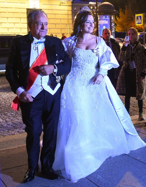 Nach einem eleganten, aber schlichten Kleid in der Kirche präsentiertVictoria Romanowna Bettarini bei der Hochzeitsfeier ein wesentlich aufwendiger gestaltetes Brautkleid.