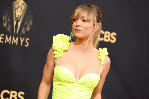 Trendfarbe 2021: Kaley Coucou in neongelben Kleid