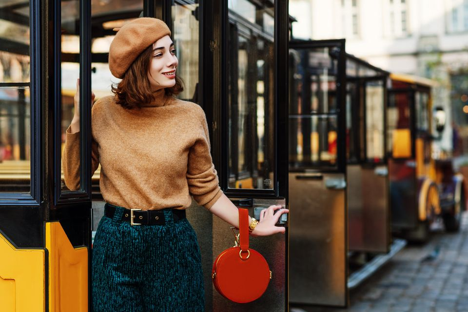Feine Farben: Camel-farbenes Outfit mit dunkelgrüner Hose