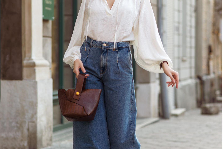 Bundhose der Jeans: Frau in weiter Jeans