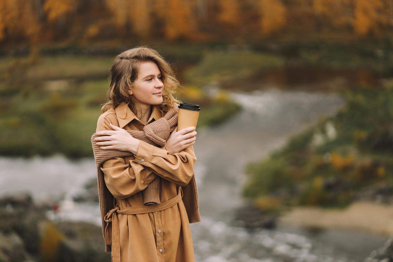 Psychologie: Eine Frau mit Mantel