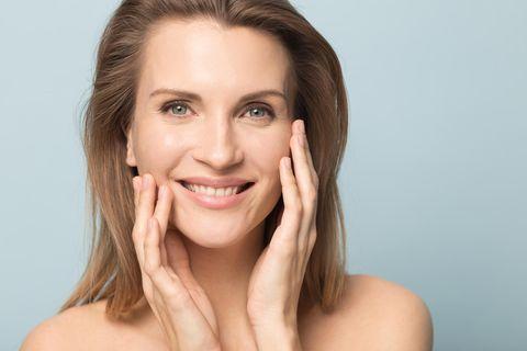 GLOSSIP: Das 1x1 der Hautpflege: Model mit klarer Haut und Fältchen