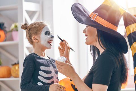 Deals des Tages: Frau schminkt Kind für Halloween
