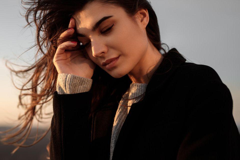 Psychologie: Frau fasst sich an den Kopf