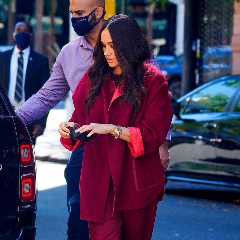 Meghan Markle in einem roten Anzug.