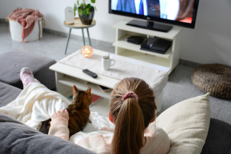 Das verrät deine Lieblingsserie über dich: Frau schaut mir ihrer Katze Fernsehen.