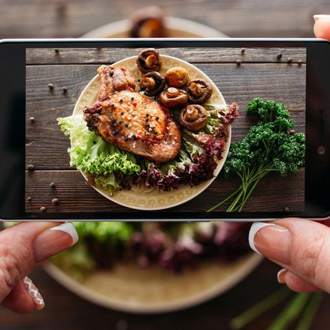 Essen fotografieren: Mann fotografiert Braten