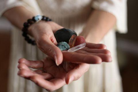 Edelsteine: Frau hält Edelsteine in der Hand