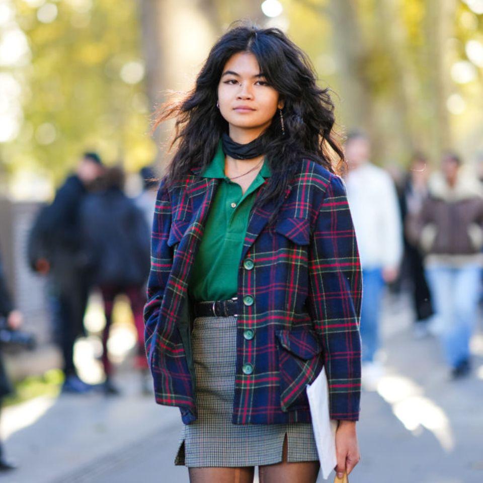 Frau mit Fluffy-Hair-Look auf der Pariser Fashion Week 2021 - Streetstyle