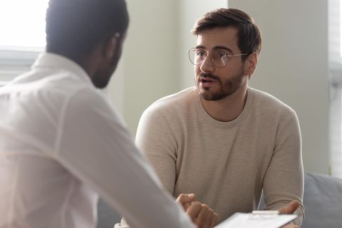 Ein Mann unterhält sich mit seinem Therapeuten