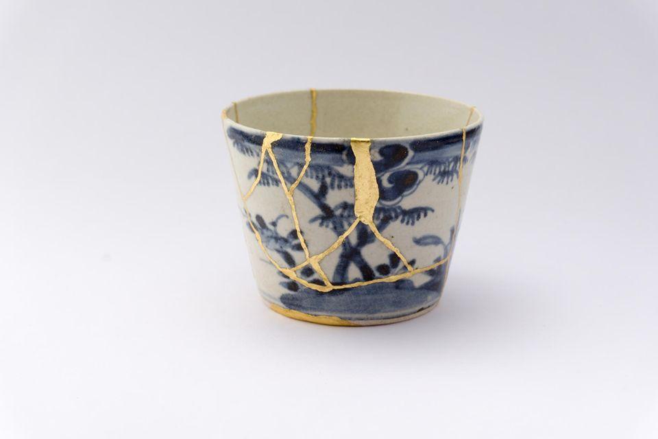 Wabi-Sabi: Ein Keramikbecher, der mit der Kintsugi-Methode repariert wurde