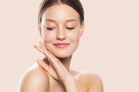 Porenreiniger-Test: Die 7 besten Produkte, Schöne Frau mit reiner Haut