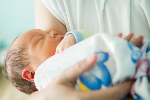 Mutter mit Neugeborenem im Arm