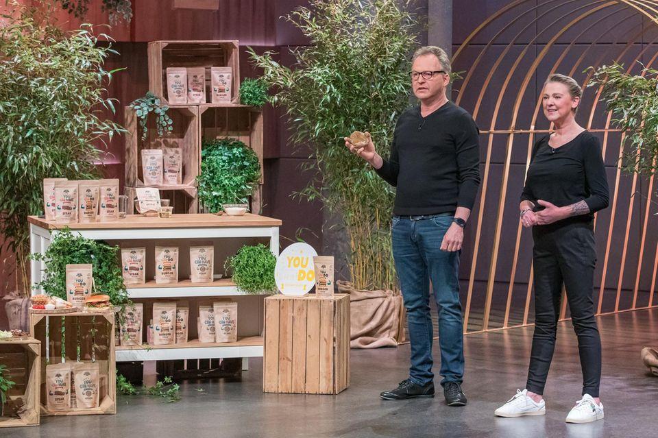 """Bernd und Nicole Sell am Set von """"Die Höhle der Löwen"""" mit ihrem Fleischersatzprodukt """"Early Green"""""""