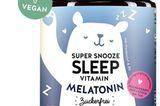 DasSuper Snooze Sleep Vitamin von Bears with Benefits hat meine Schlafroutine extrem verändert. Ich nehme jeden Abend vor dem Schlafengehen ein Gummibärchen und schlafe seitdem wie ein Baby. Ein Bärchen enthält0.9 mg Melatonin – das istunser körpereigenes Hormon für den Schlafrythmus. Zusätzlich hilft Vitamin B6 bei der Regulierung der Hormontätigkeit. Für rund 25 Euro erhältlich.  Friederike, Mode- und Beauty-Redakteurin