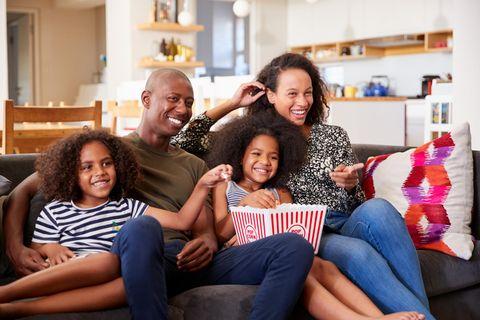 Deals des Tages: Die schönsten Schnäppchen, Vierköpfige Familie sitzt auf einem Sofa und lacht
