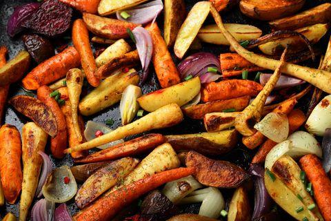 Verschiedene Gemüsearten liegen gegrillt auf einem Blech.
