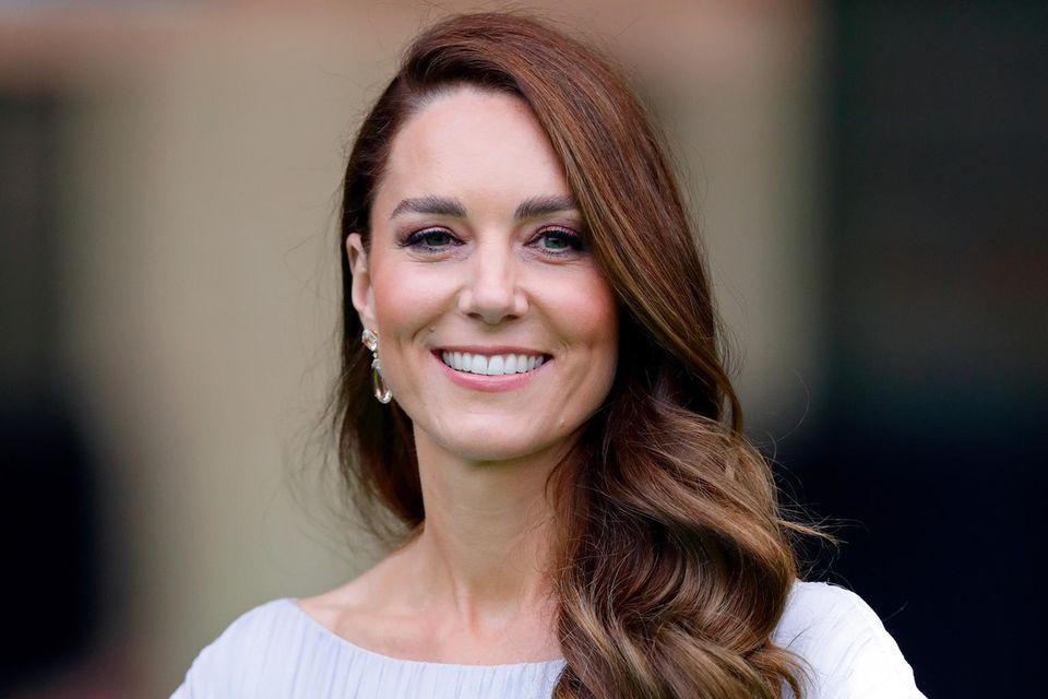 """Mit ihrem Auftritt beim """"EarthShot Prize"""" im Londoner Alexandra Palace hautHerzogin Catherinealle um. Doch nicht nur ihr Kleid sorgt für Begeisterungsstürme, auch ihre Frisur überzeugt auf ganzer Linie. Mit rötlichen Reflexen, eleganten Waves und dem zur Seite gelegten Style präsentiert Kate einen ganz neuen Look, den wir so noch nie an ihr gesehen haben."""